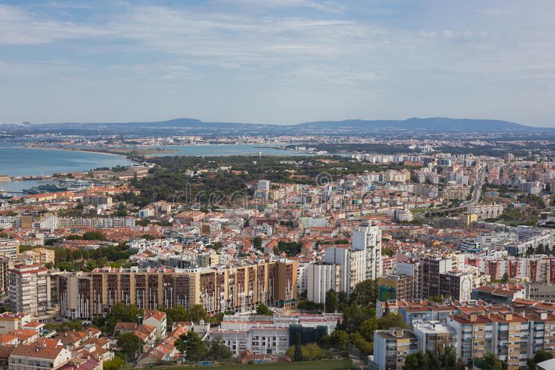 Vista aérea do município de Almada, perto de Lisboa, Portugal fotografia de stock