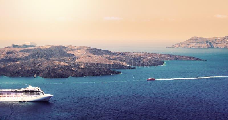 Vista aérea do navio de cruzeiros luxuoso moderno do turista ancorado na baía de Santorini, Grécia fotografia de stock