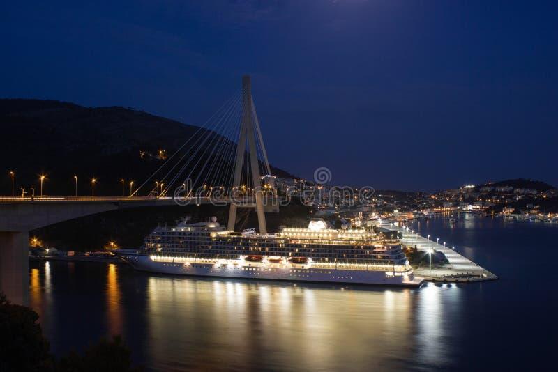 Vista aérea do navio de cruzeiros na noite com muitas luzes fotos de stock royalty free