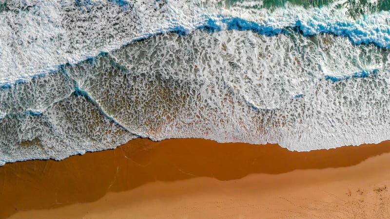 A vista aérea do oceano beautful no por do sol com mar acena fotos de stock royalty free