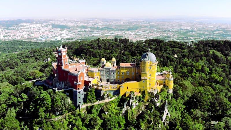 Vista aérea do palácio bonito ( de Pena; Palacio a Dinamarca Pena) em Sintra, Portugal; Conceito para o curso em Portugal fotos de stock royalty free