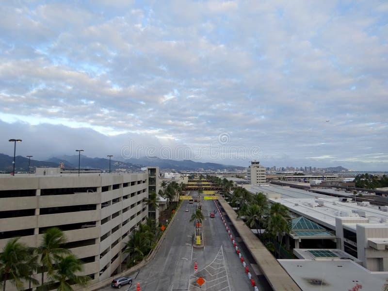 Vista aérea do parque de estacionamento, do terminal, e das estradas que conduzem no aeroporto imagem de stock royalty free