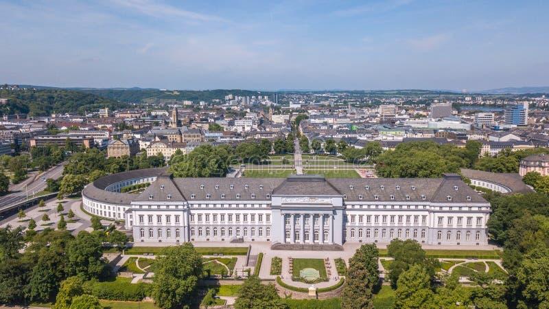 Vista aérea do parque do palácio e da cidade eleitorais Alemanha de Koblez imagens de stock