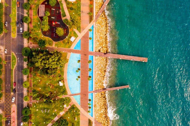 Vista aérea do parque do passeio de Molos na costa do centro de cidade de Limassol em Chipre imagens de stock