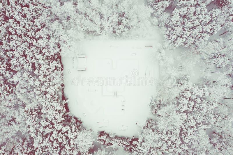 Vista aérea do parque do patim Cenário do inverno de cima de Foto da paisagem capturada com zangão fotos de stock
