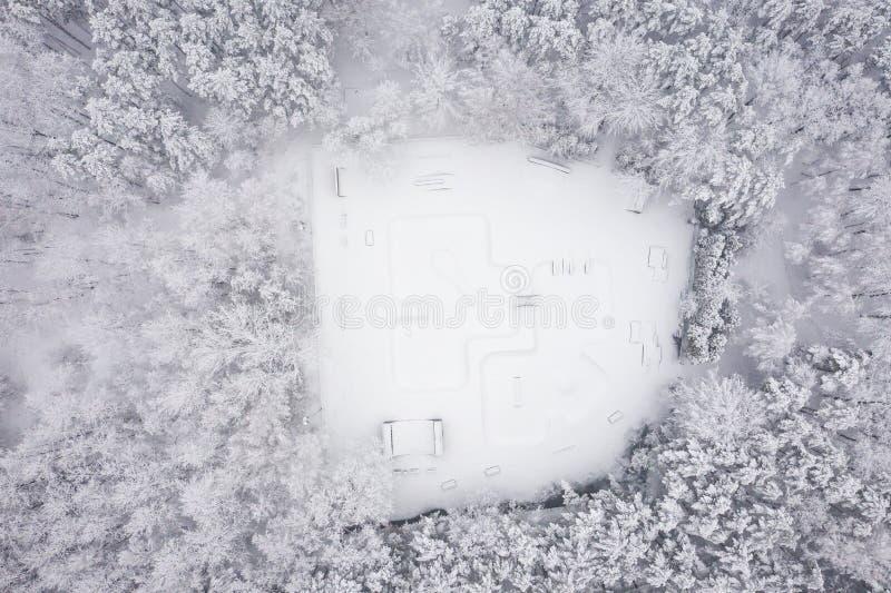 Vista aérea do parque do patim Cenário do inverno de cima de Foto da paisagem capturada com zangão imagens de stock royalty free