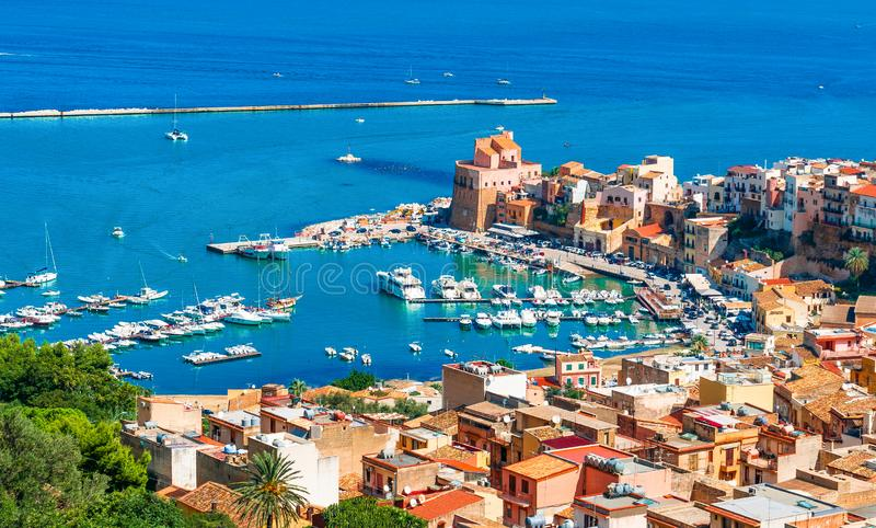 Vista aérea do porto e parte histórica de Castellammare del Golfo, ilha de Sicília, Itália imagens de stock