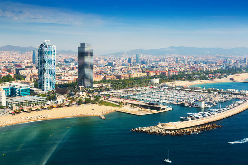 Vista aérea do porto Olimpic do helicóptero Barcelona foto de stock