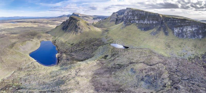 Vista aérea do Quiraing impressionante na cara oriental de na Suiramach de Meall, ilha de Skye, montanhas, Escócia imagem de stock royalty free