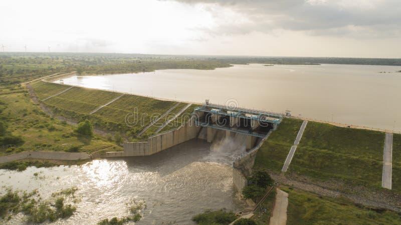 Vista aérea do reservatório de água cheio de água e uma das portas de inundação abertas em raichur, Índia fotografia de stock royalty free