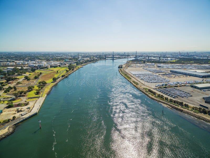 Vista aérea do rio de Yarra, da ponte ocidental da porta, e do Melbourne Inte imagens de stock