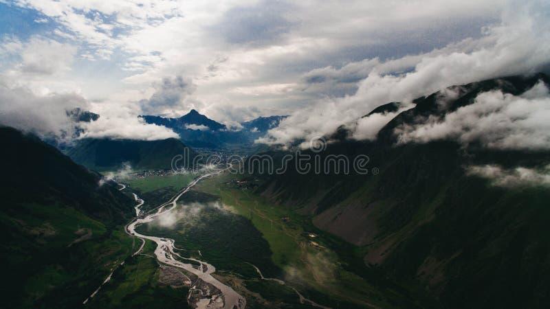vista aérea do rio em montanhas cênicos verdes fotos de stock royalty free