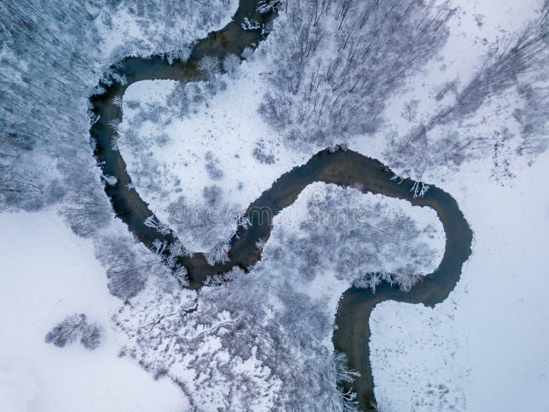 Vista aérea do rio pequeno no dia de inverno foto de stock royalty free
