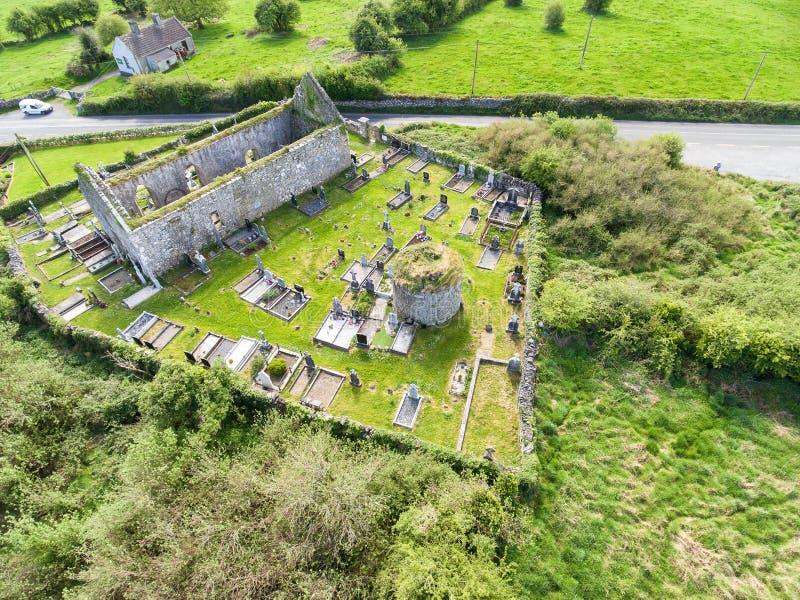 Vista aérea do ruínas velhas bonitas de uma igreja e de um cemitério irlandeses foto de stock