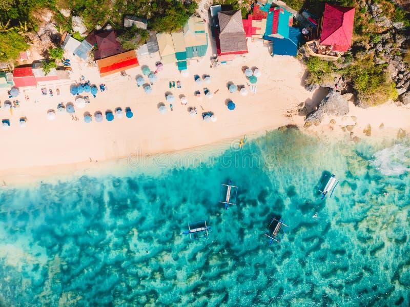 Vista aérea do Sandy Beach com água do mar de turquesa e os barcos locais da tradição, tiro do zangão fotografia de stock royalty free