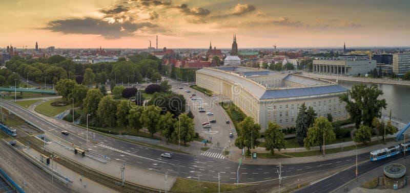 Vista aérea do sol de ajuste sobre a cidade imagens de stock royalty free