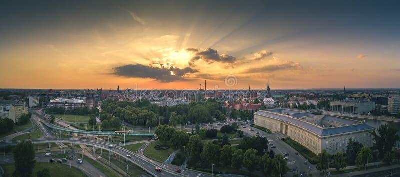 Vista aérea do sol de ajuste sobre a cidade imagem de stock