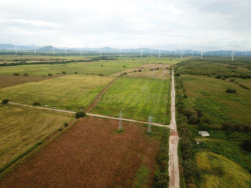 Vista aérea do turbinas eólicas na plantação dos campos do arroz no CEN fotos de stock