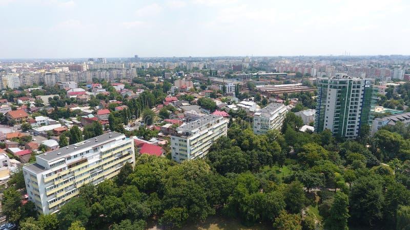 Vista aérea do zangão sobre blocos e árvores verdes imagens de stock royalty free