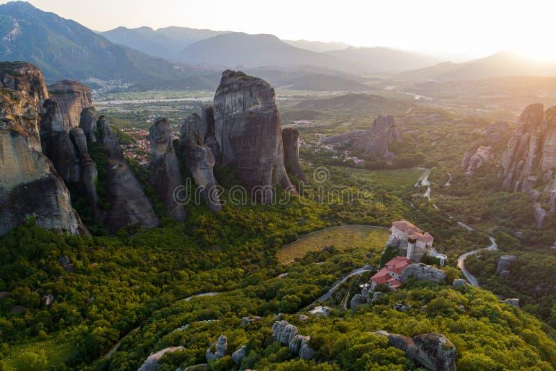 Vista aérea do zangão do vale de Meteora no por do sol em Grécia fotos de stock royalty free