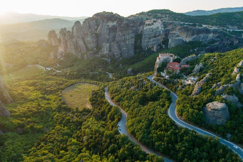 Vista aérea do zangão do vale de Meteora no por do sol em Grécia imagem de stock
