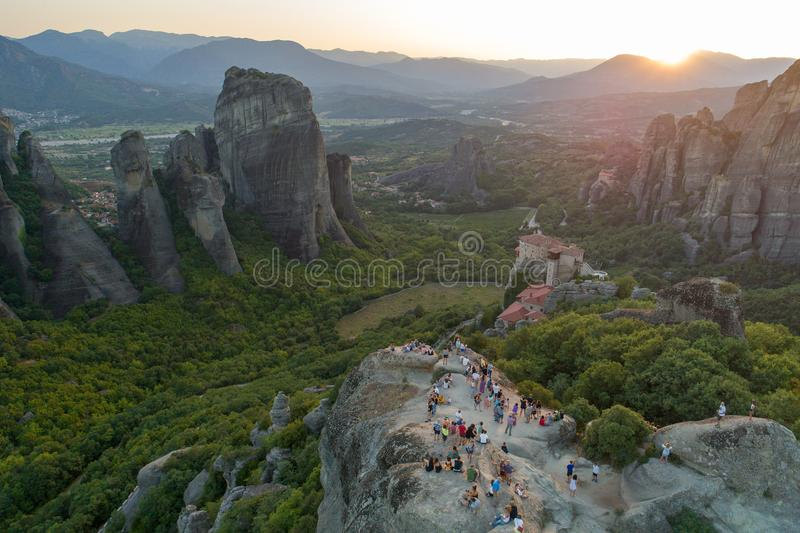 Vista aérea do zangão do vale de Meteora no por do sol em Grécia fotos de stock