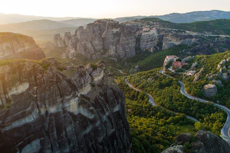 Vista aérea do zangão do vale de Meteora no por do sol em Grécia fotografia de stock
