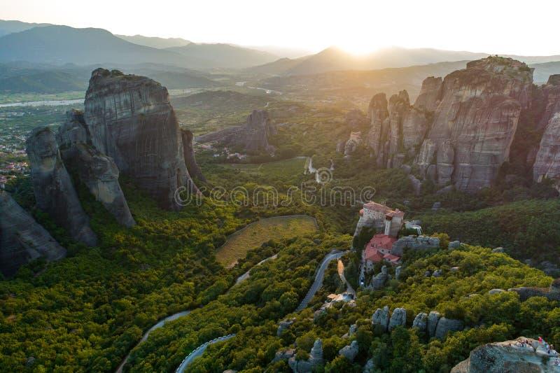 Vista aérea do zangão do vale de Meteora no por do sol em Grécia imagens de stock