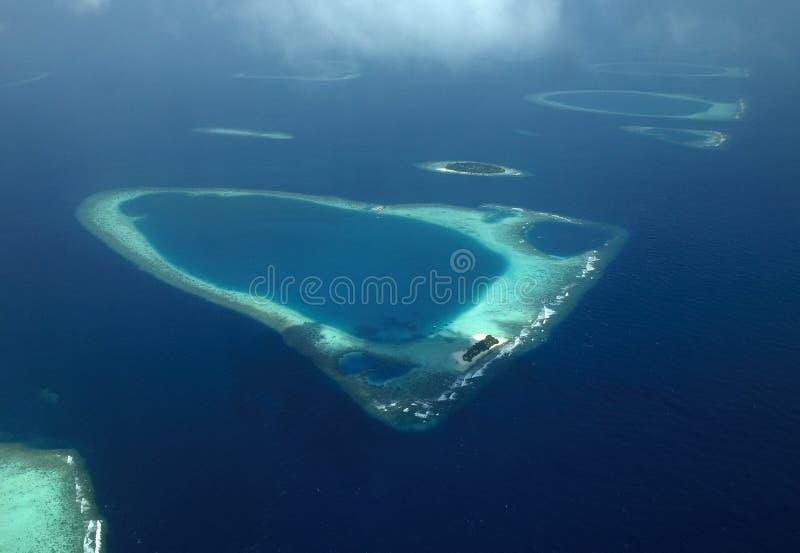Vista aérea dos Atolls corais nos Maldives fotografia de stock