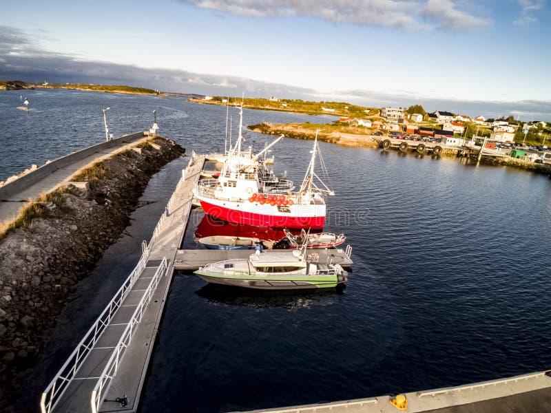 Vista aérea dos barcos amarrados na margem, Noruega imagem de stock