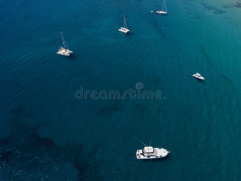 Vista aérea dos barcos amarrados que flutuam em um mar transparente Costa amarela, Lanzarote spain imagens de stock