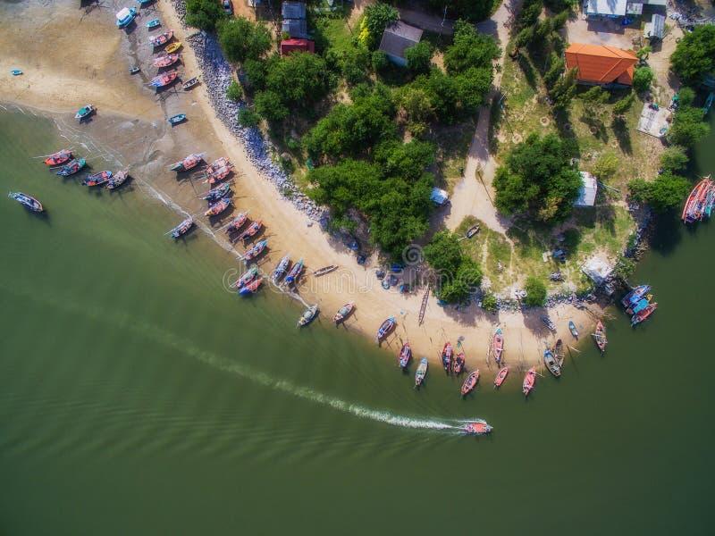 Vista aérea dos barcos e da aldeia piscatória em Pranburi, Tailândia imagem de stock