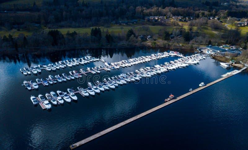 A vista aérea dos barcos estacionou na doca em Lomond fotografia de stock royalty free