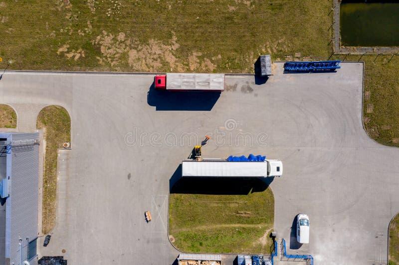 Vista aérea dos caminhões e dos reboques Construções da logística de distribuição foto de stock royalty free