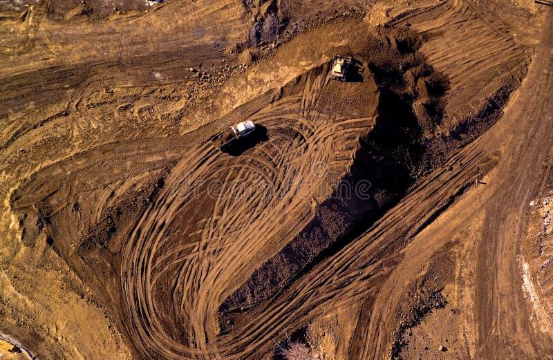 Vista aérea dos caminhões que levam a terra imagem de stock