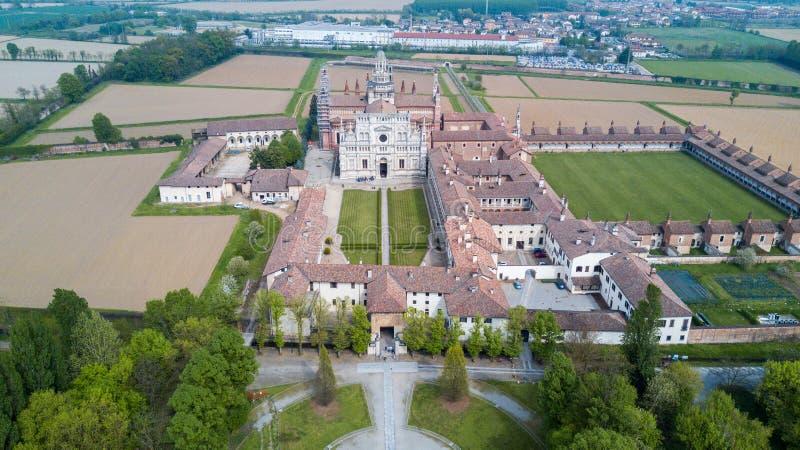 Vista aérea dos di Pavia de Certosa, do monastério e do santuário na província de Pavia, Lombardia, Itália fotos de stock