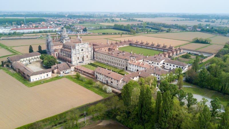 Vista aérea dos di Pavia de Certosa, do monastério e do santuário na província de Pavia, Lombardia, Itália foto de stock royalty free