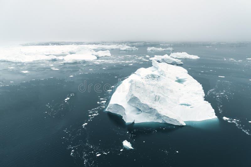 Vista aérea dos iceberg enormes em Gronelândia foto de stock royalty free