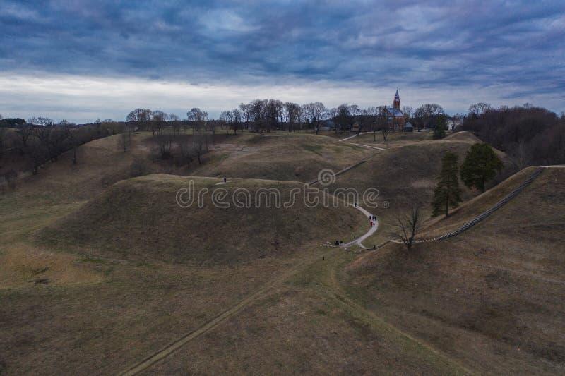 Vista aérea dos montes com caminhos torcidos no dia de nivelamento ensolarado imagem de stock royalty free