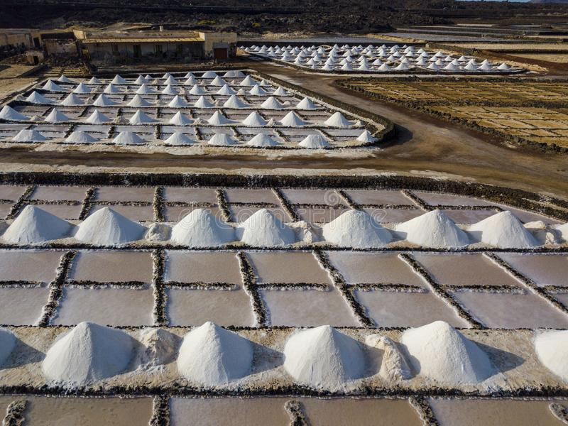Vista aérea dos planos de sal de Janubio, Lanzarote, Ilhas Canárias, Espanha foto de stock