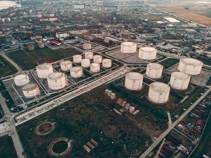 Vista aérea dos tanques ou dos reservatórios de armazenamento do óleo Indústria, petróleo e instalação petroquímica da refinaria  imagem de stock royalty free