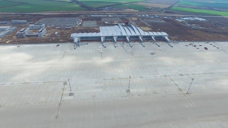 Vista aérea dos terminais e da torre Vista aérea do parque do ar perto do centro da cidade de Krakow Terminal de aeroporto, ofíci foto de stock royalty free