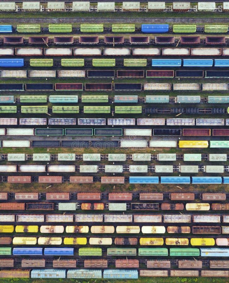 Vista aérea dos trens de mercadorias na estação de trem A carga treina o close-up Vag?es com os bens na estrada de ferro Conceptu fotos de stock royalty free