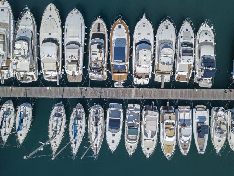 Vista aérea dos veleiros e de barcos amarrados Os barcos amarraram no porto do porto de Vibo, cais, cais imagem de stock royalty free