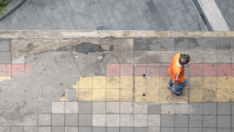 A vista aérea e a vista superior com homem do borrão andam na sagacidade da área de negócio imagem de stock royalty free