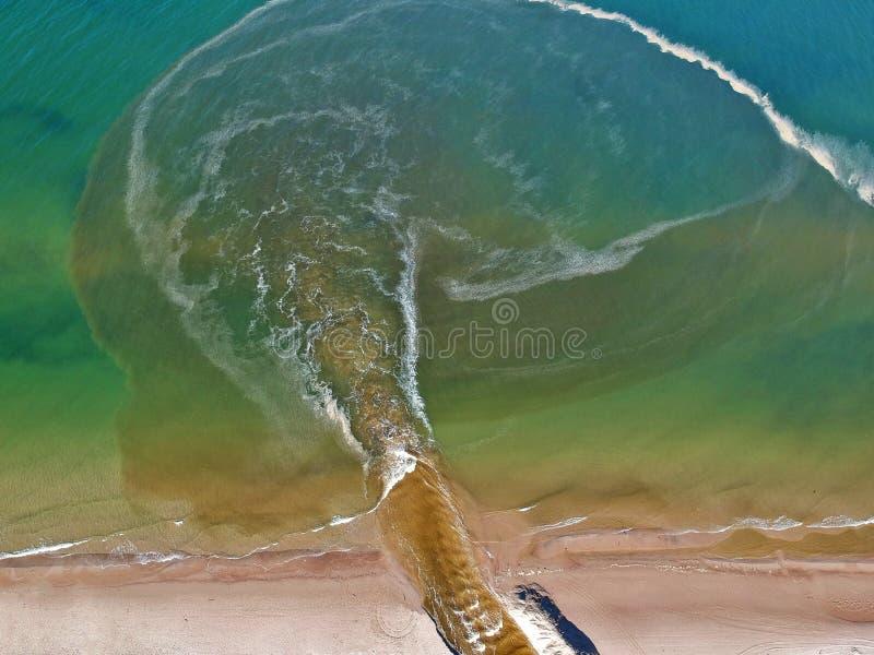 Vista aérea em águas do mar poluídas pelo rio impuro foto de stock
