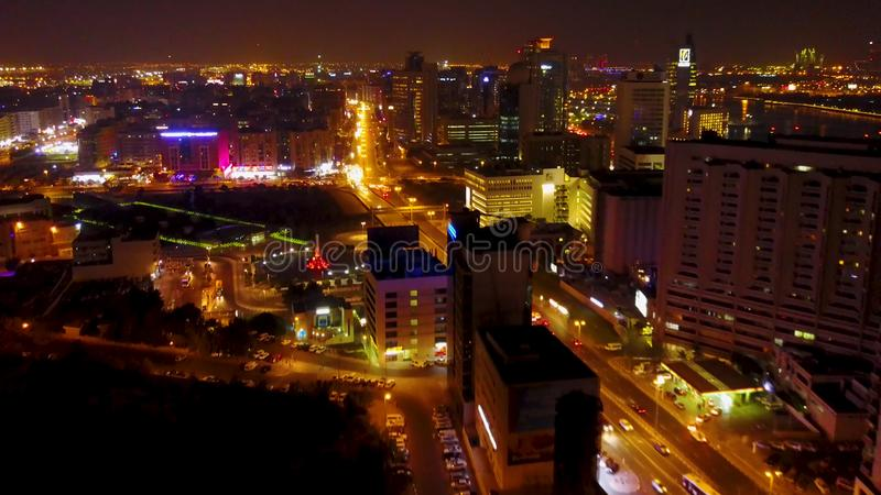 Vista aérea em carros e em sinais na noite Interseção na noite Prédio de escritórios moderno da arquitetura foto de stock royalty free