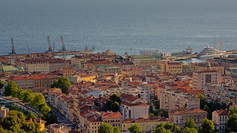 Vista aérea em Rijeka e nele porto do ` s imagens de stock