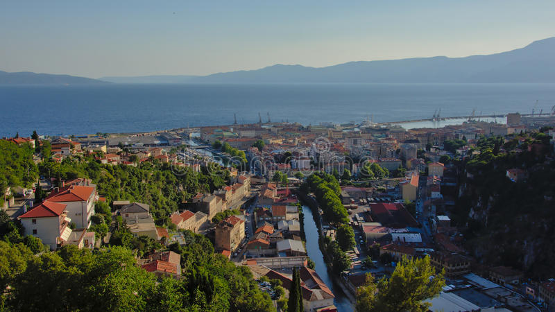 Vista aérea em Rijeka e nele porto e montanhas do ` s no fundo foto de stock royalty free