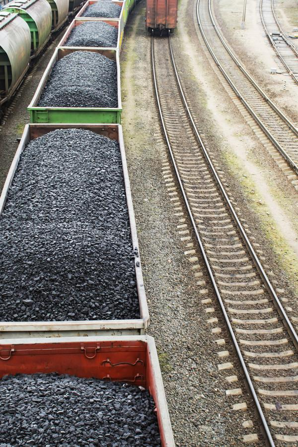Vista aérea em vagões com carvão preto fotografia de stock